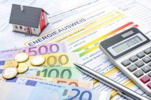 Betriebskostenabrechnug liegt mit Euro Scheinen am Tisch