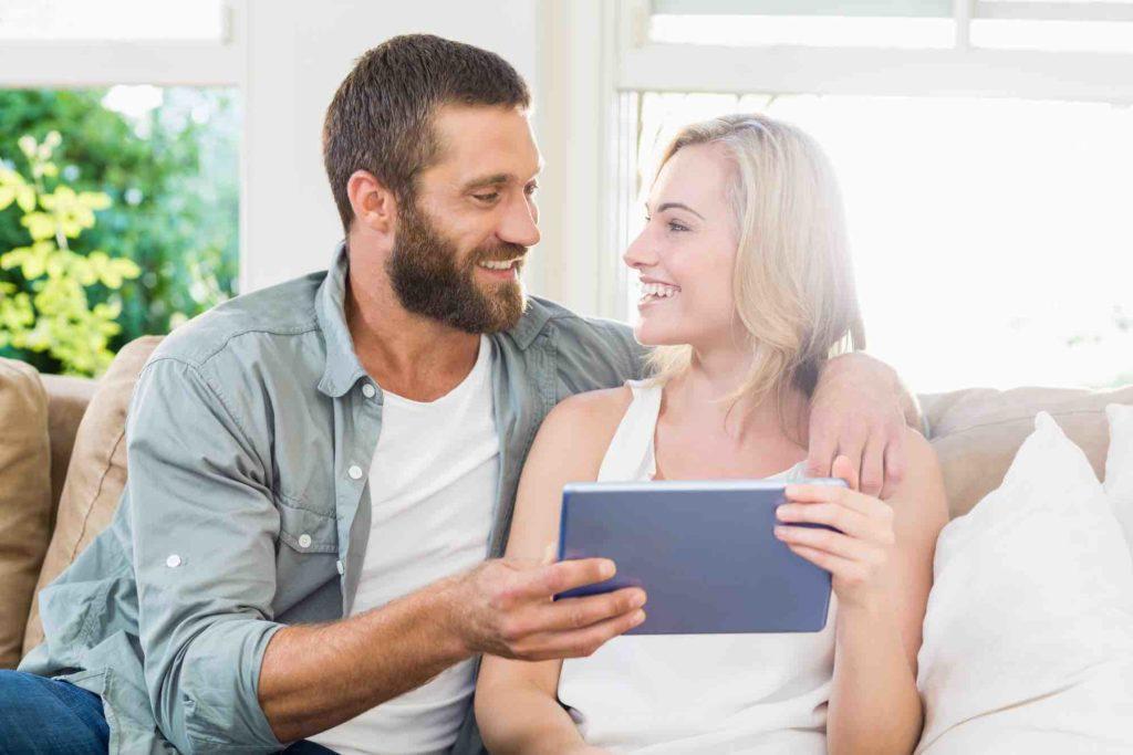 Ehepaar schaut gemeinsam ins iPad