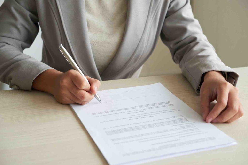 Mieterin unterzeichnet Mietvertrag