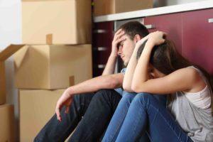 Ehepaar liegt mit verschränkten Armen am Boden - Räumungsklage