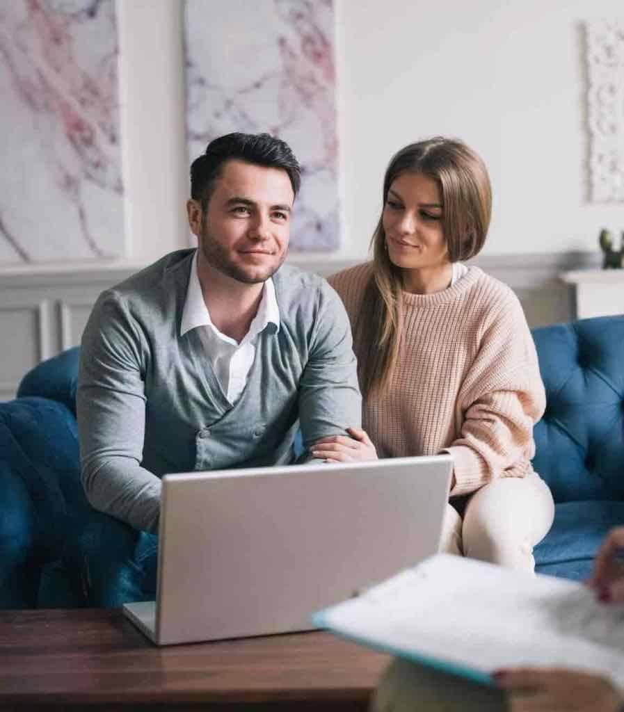 Ehepaar lässt sich vom Anwalt für Mietrecht beraten