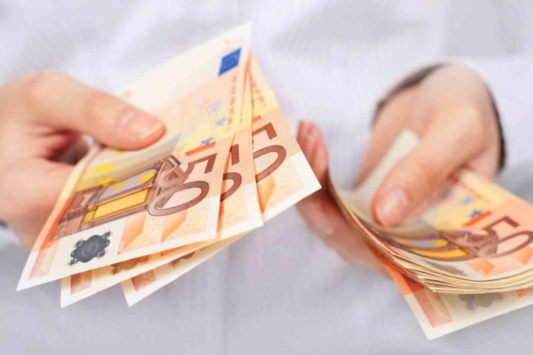 Hände geben Geld