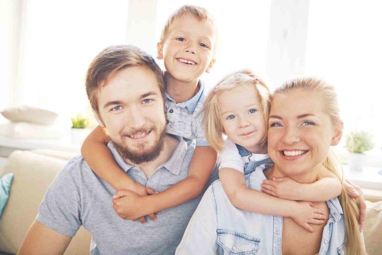fröhliche Familie zuhause