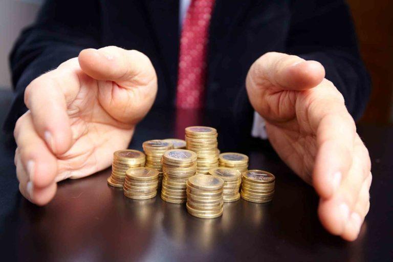 Hände schützen das Kleingeld