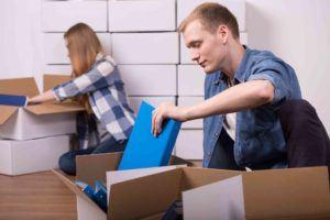 Junges Paar räumt in Kartons zusammen