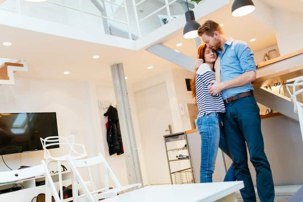 Paar genießt sein neues möbliertes Zuhause