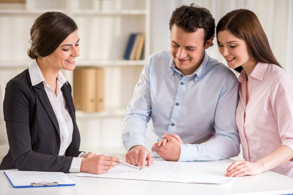 Ein Paar geht mit dem Vermieter den Mietvertrag durch