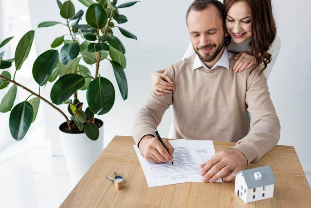 Ein Paar beim Unterzeichnen des Mietvertrags